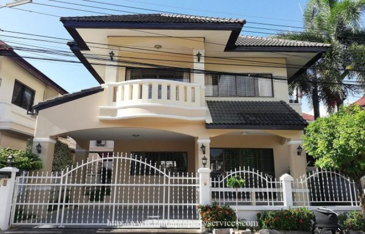 3 bedrooms unfurnished house for rent in community Mae hia area.