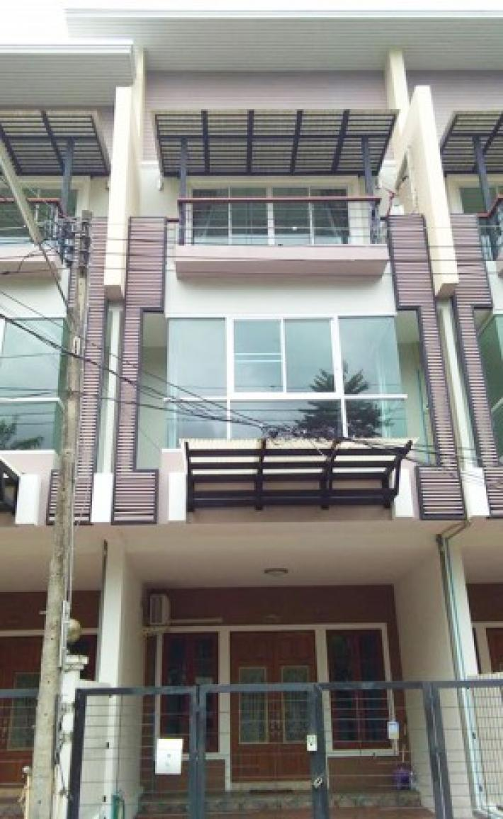 Furnished mountain view 3 story townhouse in a secured community near Chiang Mai university for rent.