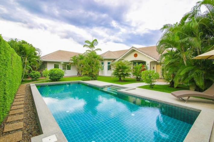 Single storey house for sale in Sankampaeng with private swimming pool and large garden.